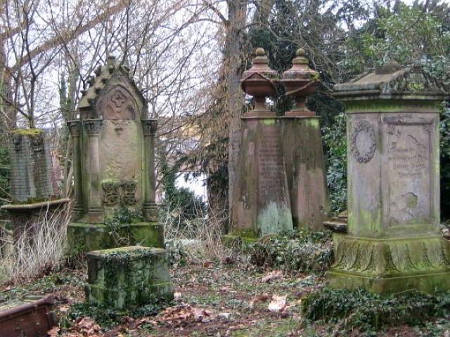 Grabsteine auf dem alten Friedhof