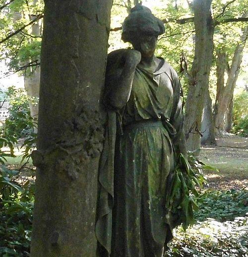 Die einsame Dame auf dem alten Friedhof