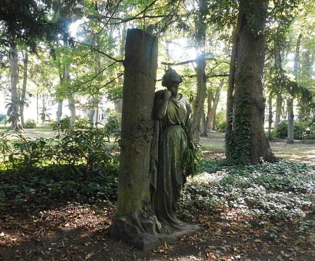 Der schlafende Friedhof und die einsame Dame