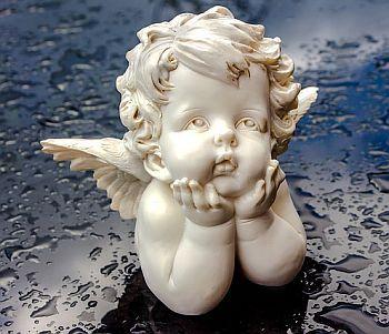 Engel Figur sitzend