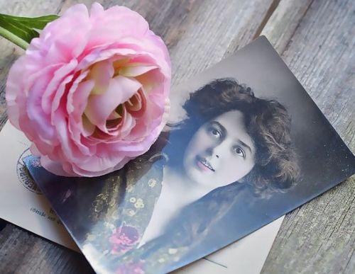 Farbige Grußkarte mit Blume