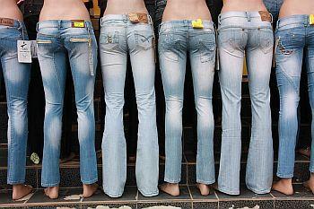 Schaufensterpuppen mit Jeans