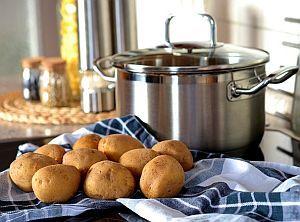 Kochtopf und Kartoffeln