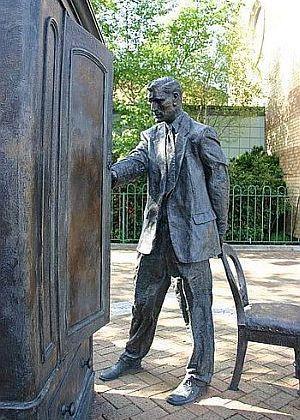 Statue von C. S. Lewis, Belfast