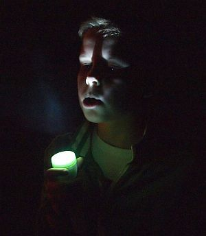 Nachts mit Taschenlampe