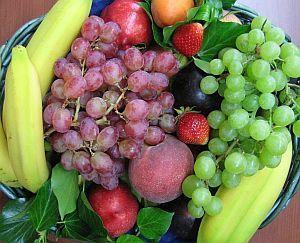 Korb mit frischem Obst