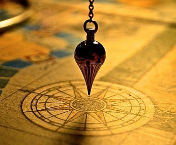 Pendel über einer Karte