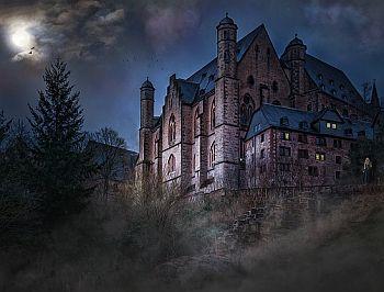 Mystische Burg in der Nacht
