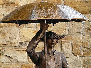 Statue mit Regenschirm