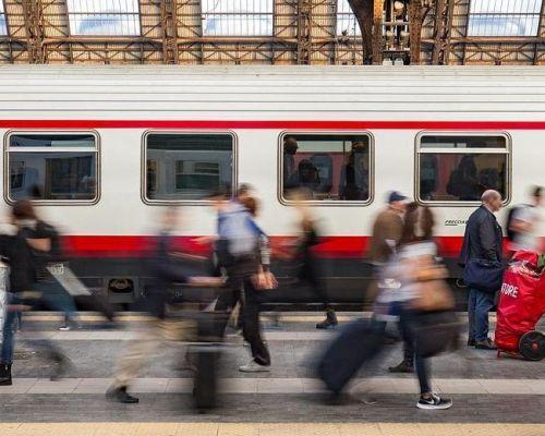 Bahnhofszene: Menschen vor Zug