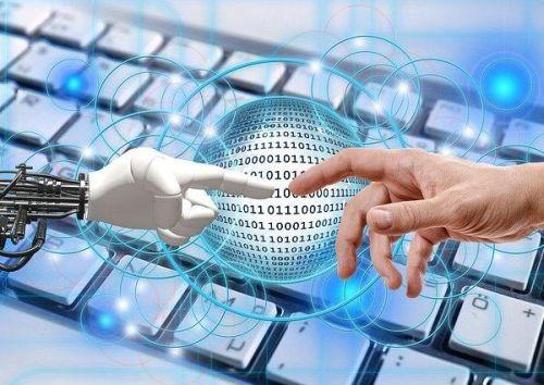 Roboter-Hand und Tastatur