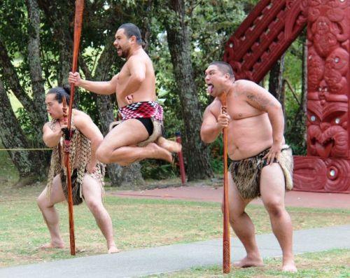 Drei tanzende Maori