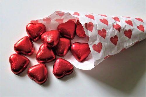 Papiertüte mit roten Herzen